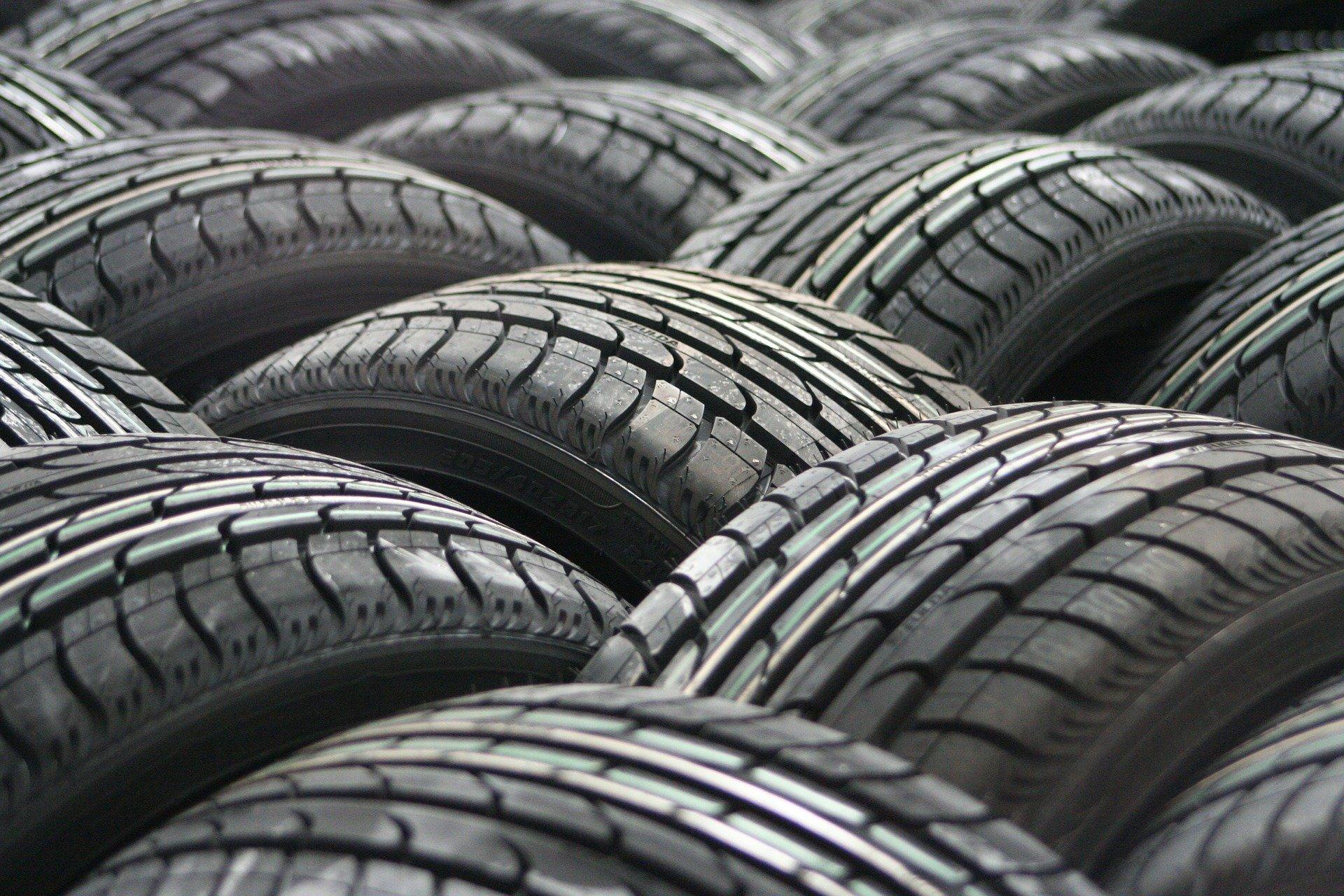Uudet auton renkaat